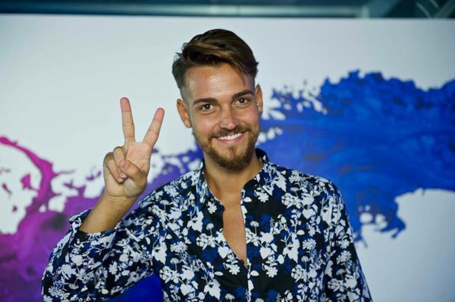 Valerio Scanu sfoggia la sua camicia migliore