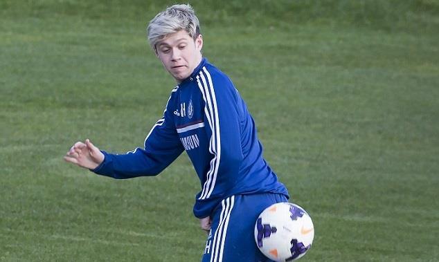 Niall Horan gioca a pallone