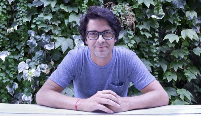 Samuele Bersani occhiali e maglietta