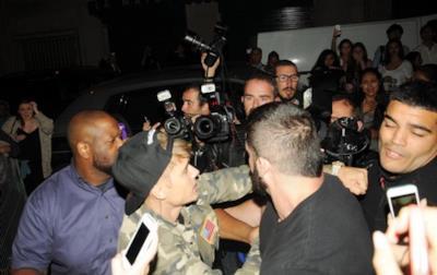 Justin Bieber tira un pugno a un paparazzo a Parigi