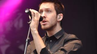 "Calvin Harris sul palco che canta ""Feel So Close"""