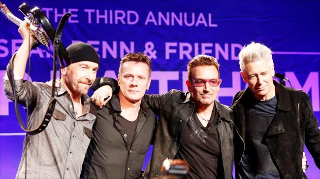 """Gli U2 alla terza edizione dell'evento """"Sean Penn & Friends Help Haiti"""" posano insieme"""