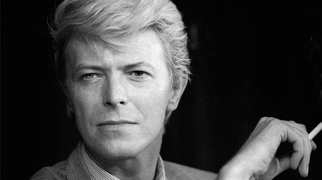 Primo piano di David Bowie da giovane