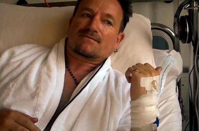 Bono Vox degli U2 in un lettino d'ospedale