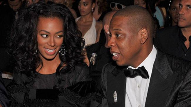 Jay Z e Solange Knowles sorridono insieme a una festa