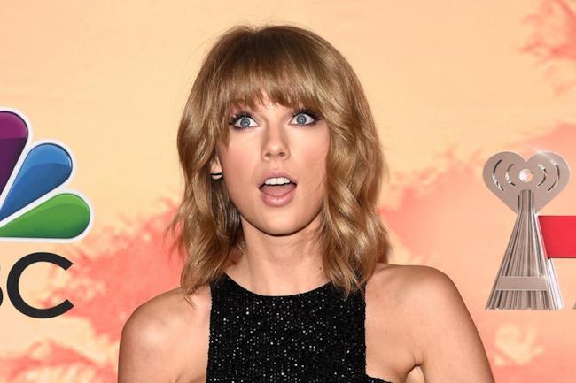 Taylor Swift con la faccia sorpresa