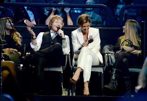 Ed Sheeran e Ruby Rose scherzano durante gli MTV EMA 2015