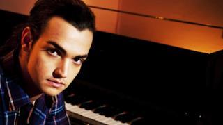 Valerio Scanu al pianoforte
