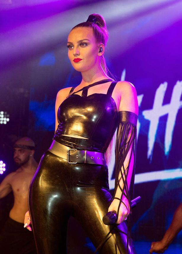 Perrie Edwards delle Little Mix con una tuta in latex mozzafiato