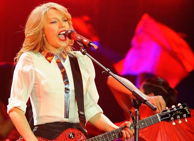 Taylor Swift dal vivo canta e suona la chitarra