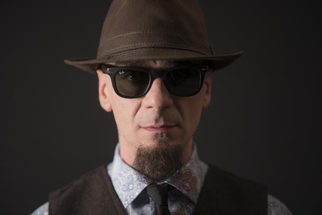 J-Ax con il cappello e gli occhiali da sole