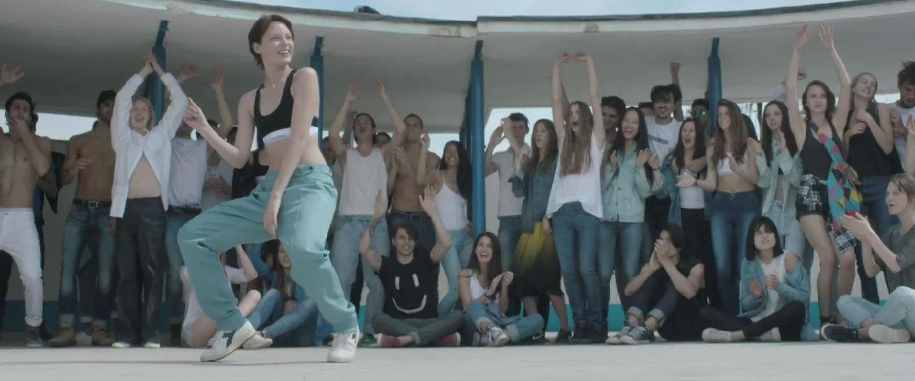 Un momento della festa al centro del video di Io Ti Aspetto di Marco Mengoni