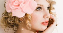Taylor Swift con un fiore tra i capelli