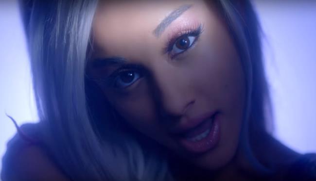 Ariana Grande bionda platino nel video di Focus