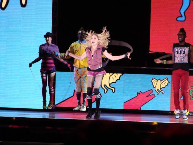 Madonna live con i suoi ballerini