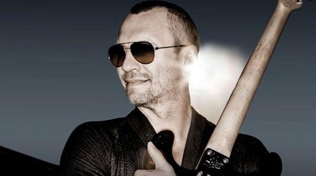 Biagio Antonacci con la chitarra in braccio