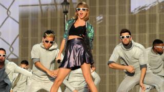 Taylor Swift con i ballerini sul palco