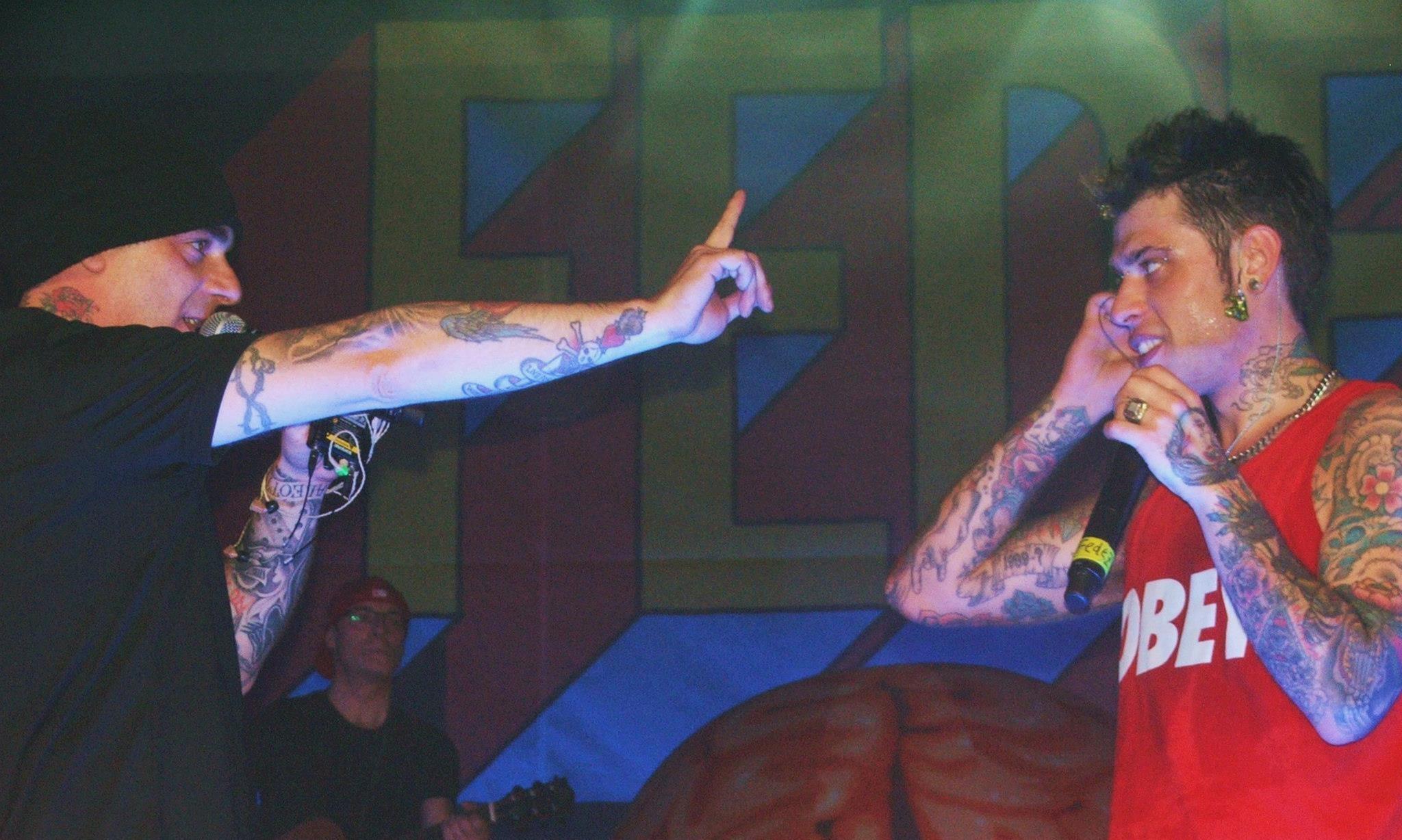 J-Ax e Fedez insieme sul palco durante un live del 2014