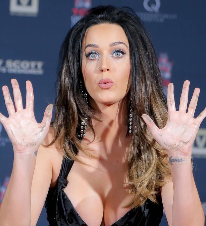 Katy alle prese con il suo seno boombastico