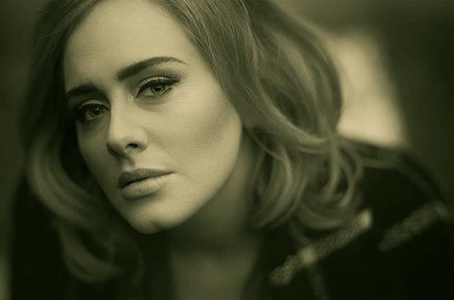 Adele nel videoclip di Hello