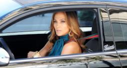 Jennifer Lopez alla guida di una 500 Fiat brandizzata Gucci