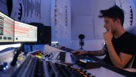 Luca Testa concentrato per il prossimo pezzo.