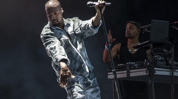 Kanye West sul palco di Glastonbury