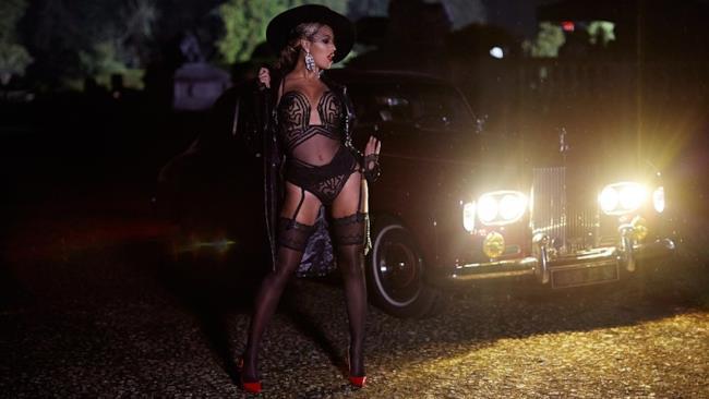 Beyonce in reggicalze e lingerie sexy