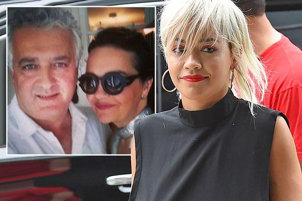 Rita Ora con i genitori Vera e Besnik Sahatçiu