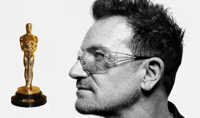 Bono degli U2 con statuetta Oscar
