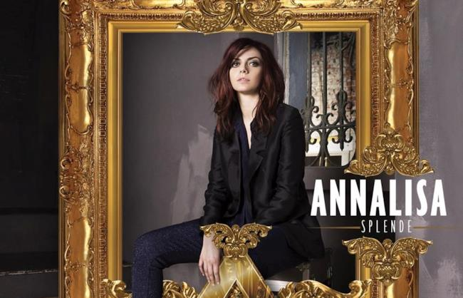Annalisa Scarrone seduta in mezzo a una cornice