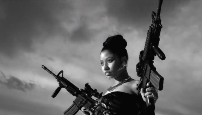Nicki Minaj con armi in mano