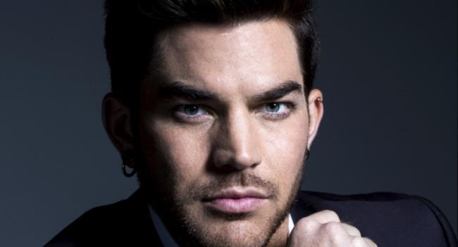 Il cantautore statunitense Adam Lambert