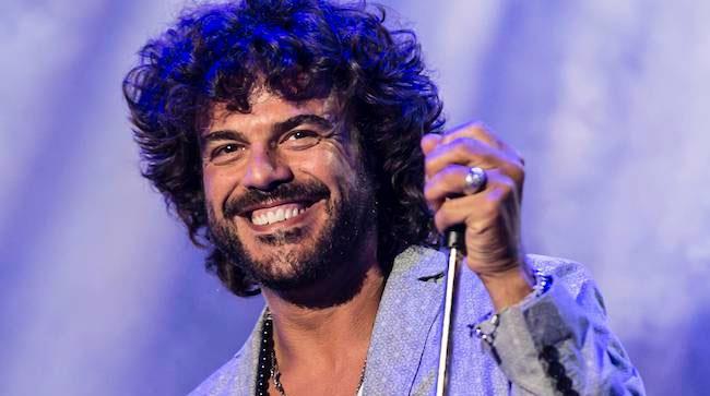 Francesco Renga sul palco di Amici 2014 come ospite