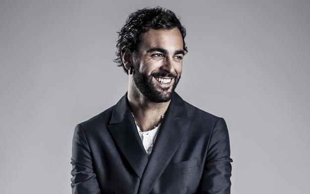 Marco Mengoni con barba e giacca elegante