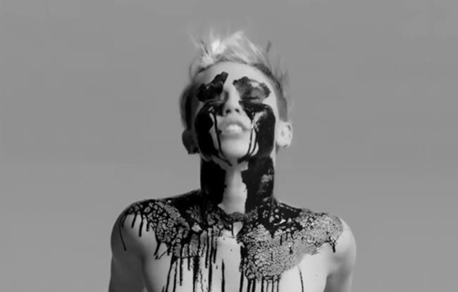 Miley Cyrus in topless sporca di vernice che cola