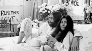 John Lennon e Yoko Ono insieme sul letto in una foto d'epoca
