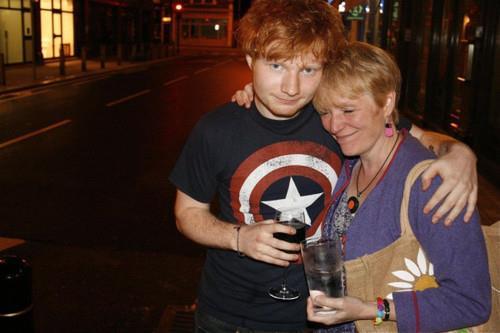 Ed Sheeran abbracciato alla madre Imogen