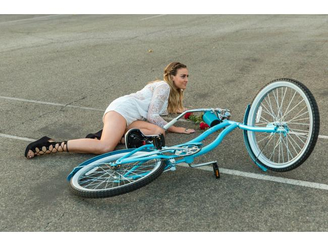 Perrie cade dalla bici nel video di Love Me Like You