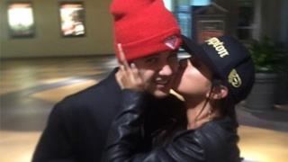 Justin Bieber tiene in braccio Selena Gomez bacio sulla guancia