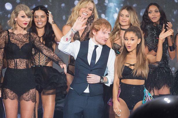 Ed Sheeran sul palco del Victoria's Secret Fashion Show