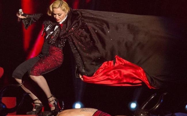 Madonna cade sul palco dei Brit Awards 2015