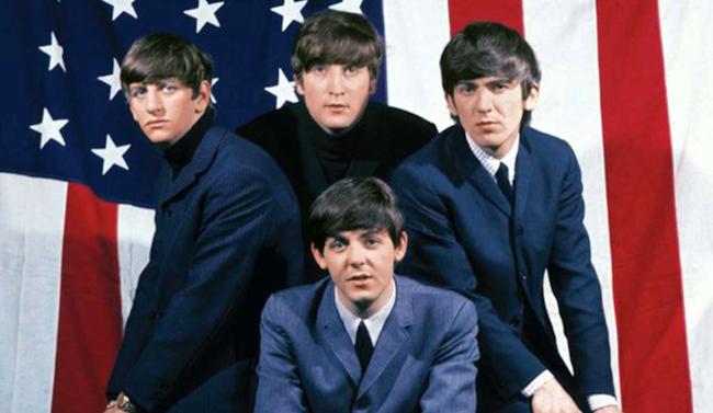I Beatles posano davanti alla bandiera americana