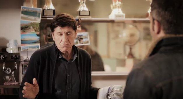 Gianni Morandi fa il barista