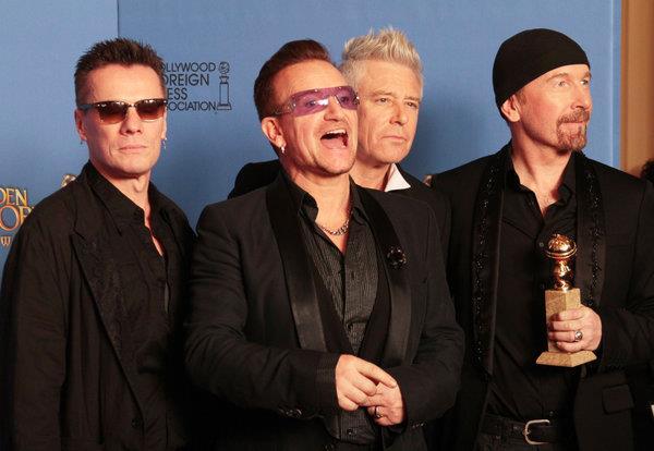Membri degli U2 con il Golden Globe 2014 in mano