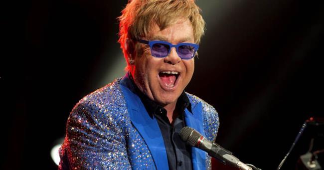 Elton John durante un'esibizione live