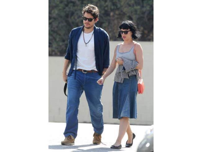 La belle coppia di artisti cammina felice, fianco a fianco