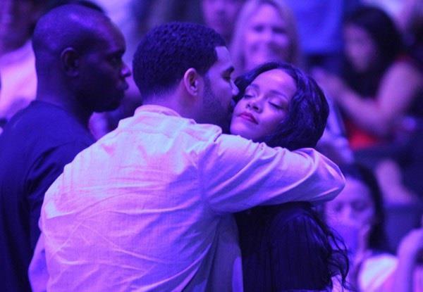 Drake abbraccia Rihanna