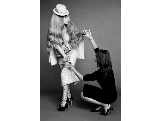 Lady Gaga taglia la gonna con una modella