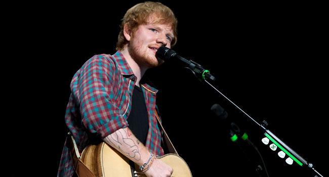 Ed Sheeran suona la chitarra durante un live